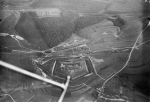 Le fort de Douaumont avant 1916. Témoignage du sergent Piau, du 129e R.I :...A 8 h 45, les Allemands reviennent, ils sont au moins 600 hommes ; j'envoie un coureur au commandant Mangin lui demandant et du renfort et un tir de barrage sur le nord du fort, sans quoi je ne pourrai plus tenir...Vers 9 h 30, une compagnie s'avance pour me renforcer, mais elle a été signalée à l'artillerie allemande, car, au moment où elle aborde le fort, les Allemands déclenchent un effroyable tir de 105 percutants sur les abords et la partie du fort que nous tenons et cette compagnie, la 6e du 34e, est presque anéantie. Toute l'après-midi, les éléments des 129e, 36e et 34e tentent de se maintenir dans le chaos, écrasé sous le feu des fantassins et de l'artillerie allemande, l'épuisement et la soif venant accroître leur calvaire. Au soir, du côté français, les pertes de la journée ont été terribles. Partout, devant et derrière, les sifflets des blessés retentissent mais malheureusement, personne ne peut leur venir en aide. Extrait de : Des Français à verdun