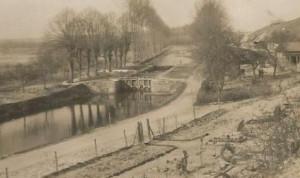 Frise. L'écluse sur la Somme et le cimetière militaire